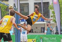 Ballakrobatik bei der Footvolley-Eurotour 2012 - Foto © Leopold Breisach