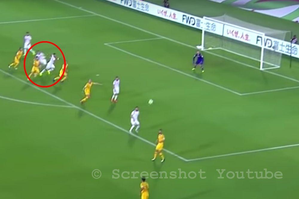 Video: Witzelfmeter – Omar Al Soma erhält Elfmeter nach Foul seines eigenen Mitspielers