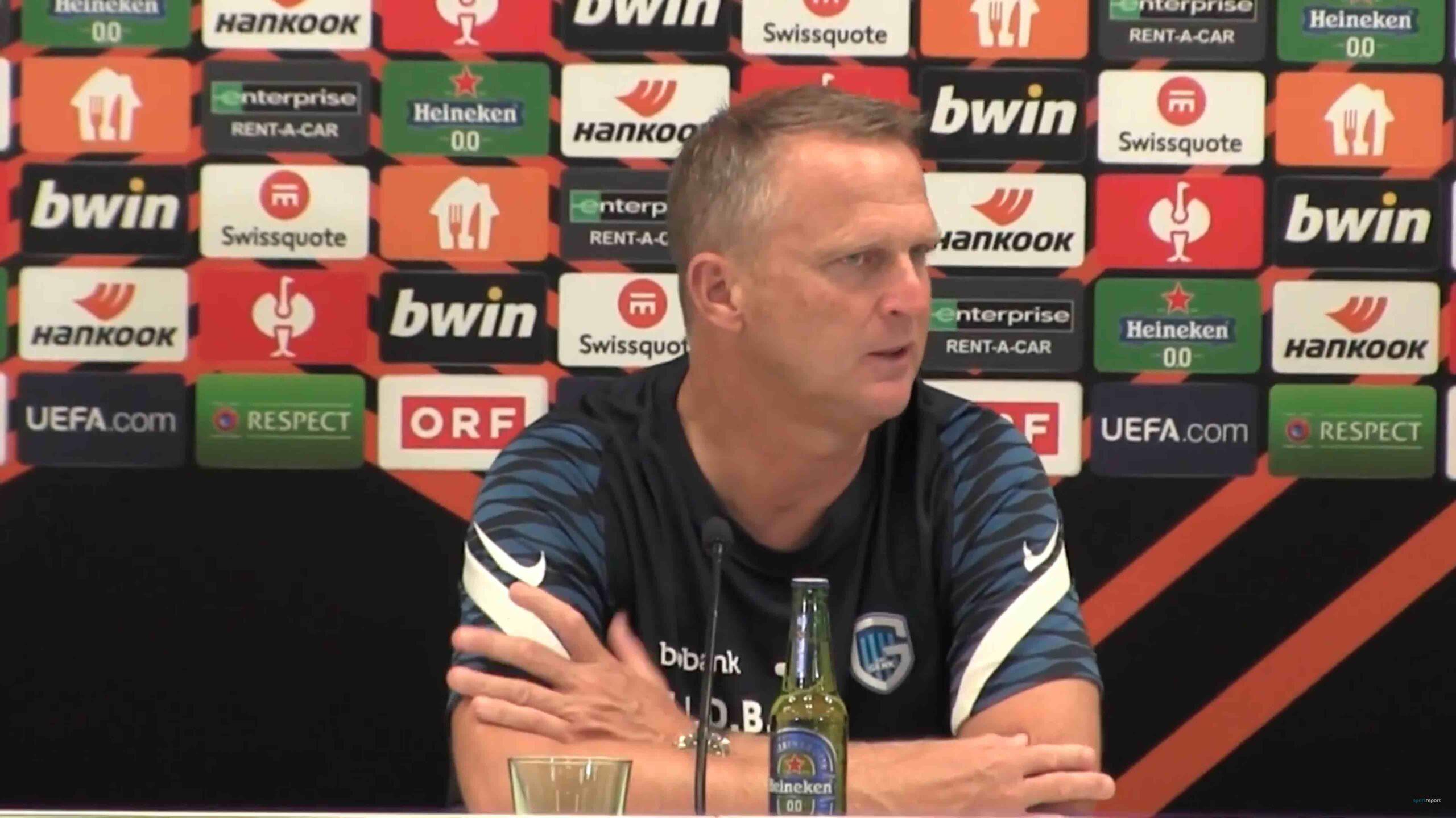 Video: John van den Brom (Trainer KRC Genk) - die Pressekonferenz nach dem Spiel gegen SK Rapid Wien